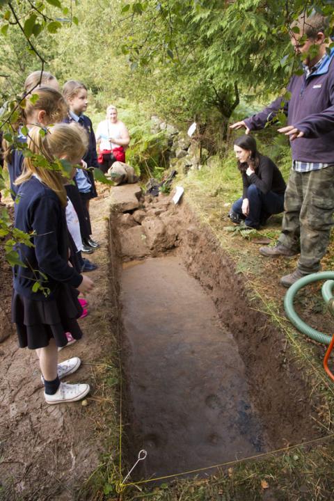 Excavacion de 2015 en la piedra cochno fundacion factum arte