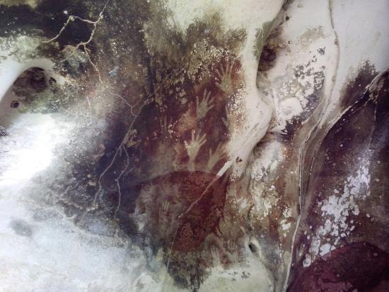 Hands in pettakere cave