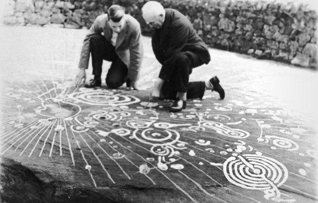 Piedra cochno un panel de 9x 19 metros con el arqueologo ludovic maclellan foto realizada en 1937 durante su visita 628x400