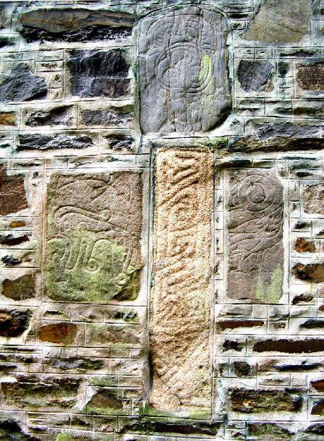 Pierres pictes dans mur moyenage ecosse