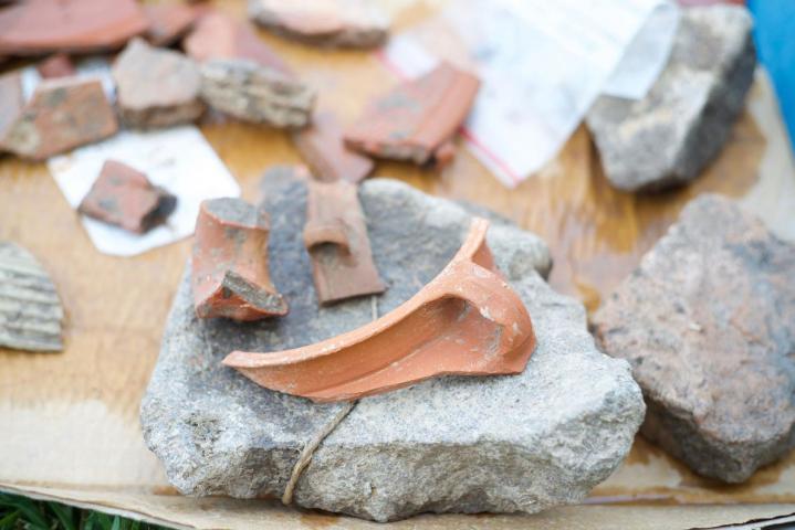Restes d un vase d argile de l epoque romaine premier plan trouve a el araj