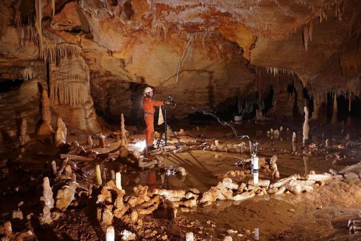 879386 grotte bruniquel stalagmites