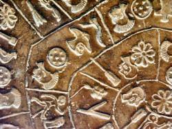 diskos-von-phaistos-detail-2-11-aug-2004-asb-pict3373.jpg