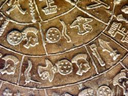 diskos-von-phaistos-detail-3-11-aug-2004-asb-pict3374.jpg