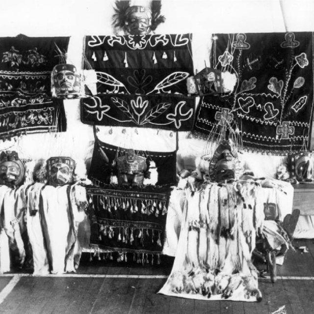 Exposition des pieces de la potlatch collection dans la salle paroissiale dalert bay q320 1