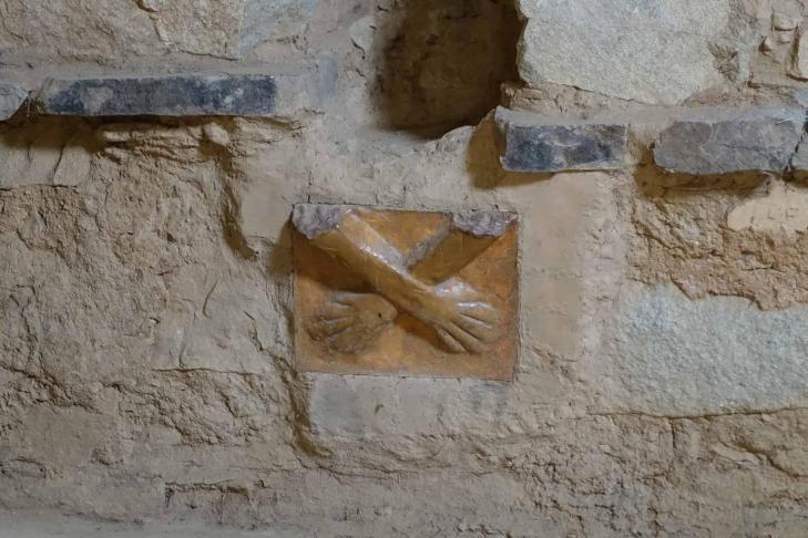 Kotosh temple des mains croisees mains masculines
