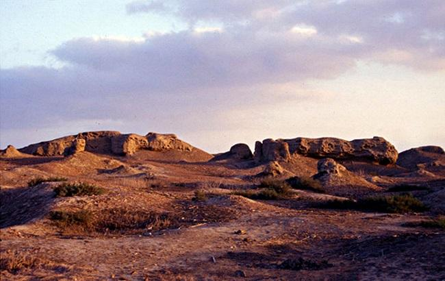 Ruins of mudbrick buildings on the northern mound of buto desouk 650
